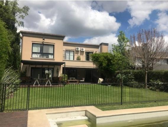 Casa En Venta. Santa Bárbara, Bs As. 530 M2