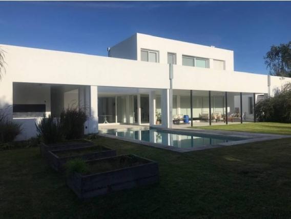 Casa En Venta. Santa Bárbara, Bs As. 460 M2