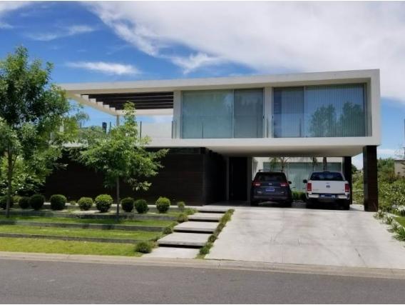 Casa En Venta. Santa Bárbara, Bs As. 580 M2