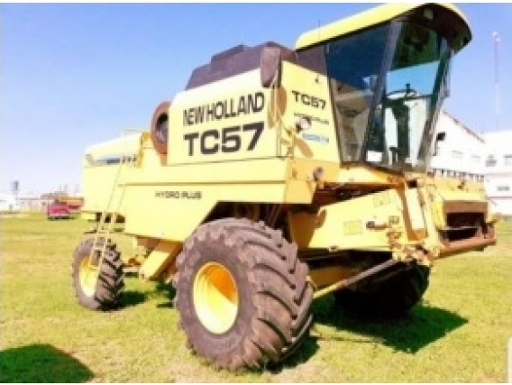 Cosechadora New Holland TC 57 año 2001.