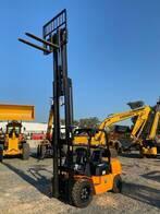 Autoelevador 3000Kg Triple Torre Desplazador Lateral
